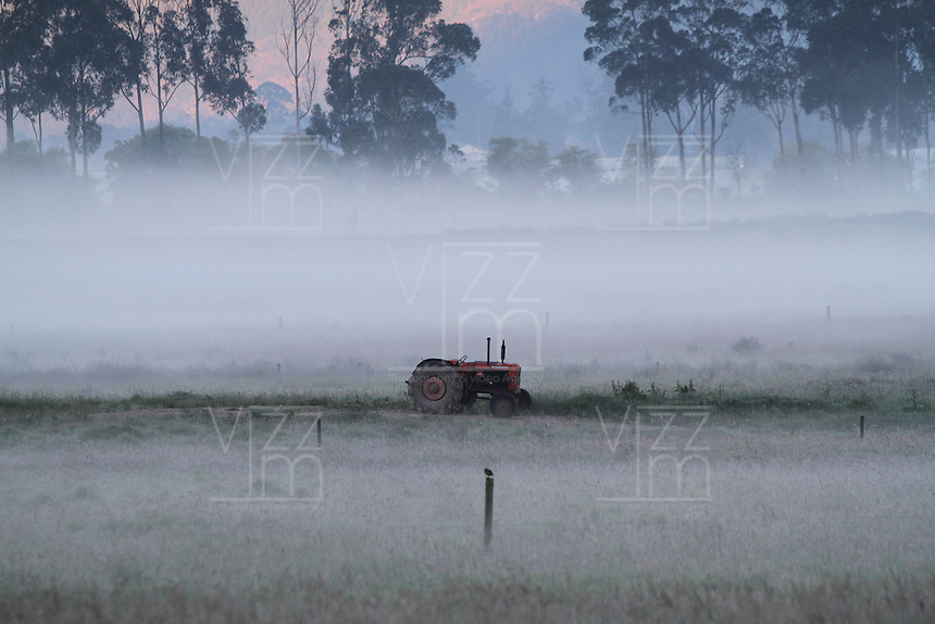 SABANA DE BOGOTÁ -COLOMBIA, 02-01-2014. Esta madrugada se presentaron heladas en la sabana de Bogotá debido a la baja humedad y las altas temperaturas registradas durante el día de ayer que afectan a los cultivadores de papa y los fluricultores./ This morning frost arose in savannah of Bogota due to the low humidity and high temperatures registered yesterday during the day affecting potato and flower growers. Photos: VizzorImage / Felipe Caicedo / Staff