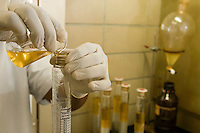 Belo Horizonte_MG, Brasil...Laboratorio de Analise de Combustivel da Universidade Federal de Minas Gerais, UFMG, em detalhe a mao analisa a qualidade da gasolina...The laboratory of test fuel of Universidade Federal de Minas Gerais, detail of the hand analyzing the fuel quality...Foto: VICTOR SCHWANER /  NITRO