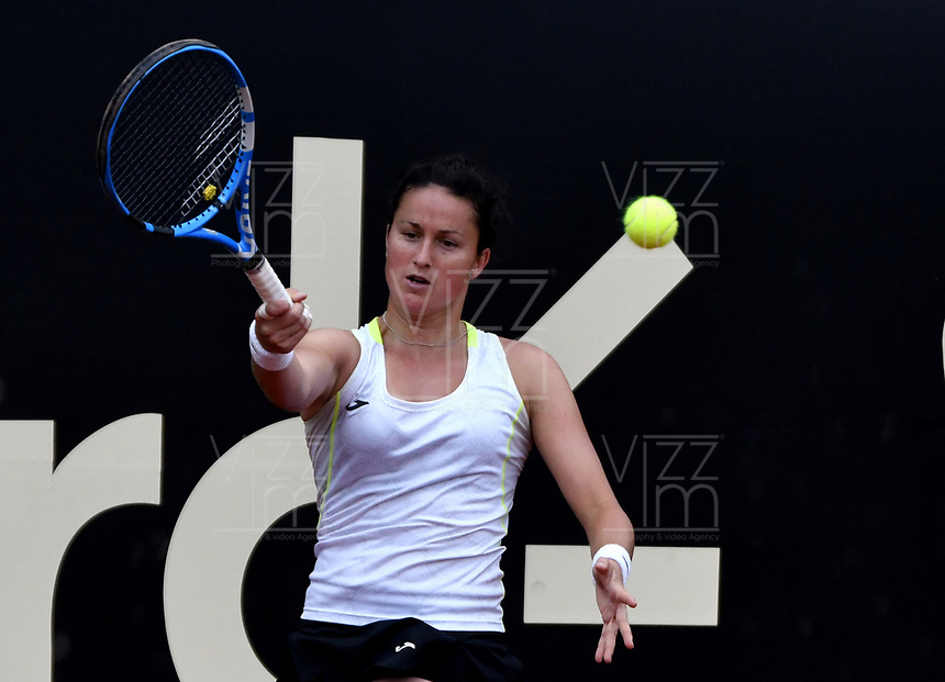BOGOTÁ-COLOMBIA, 13-04-2019: Lara Arruabarrena (ESP), devuelve la bola a Astra Sharma (AUS), durante partido por la semifinal del Claro Colsanitas WTA, que se realiza en el Carmel Club en la ciudad de Bogotá. / Lara Arruabarrena (SPA), returns the ball against Astra Sharma (AUS), during a match for the semifinal of the WTA Claro Colsanitas, which takes place at Carmel Club in Bogota city. / Photo: VizzorImage / Luis Ramírez / Staff.