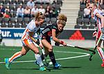 AMSTELVEEN - Lisa Post (OR) met Maria Verschoor (A'dam)   tijdens de hoofdklasse competitiewedstrijd hockey dames,  Amsterdam-Oranje Rood (5-2). COPYRIGHT KOEN SUYK