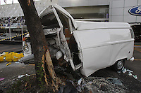 FOTO EMBARGADA PARA VEICULOS INTERNACIONAIS. SAO PAULO, SP, 30-11-2012, ACID RUA DOS MACHADOS. Um motorista ficou preso nas ferragens apos a Kombi logo de bater contra uma arvore na Rua dos Machados numero 150 no bairro da V. Guilherme. Oacidente acontece na madrugada dessa Sexta (30), o motorista foi socorrido pelos bombeiros e encaminhado a hospital da regiao. Luiz Guarnieri/ Brazil Photo Press.