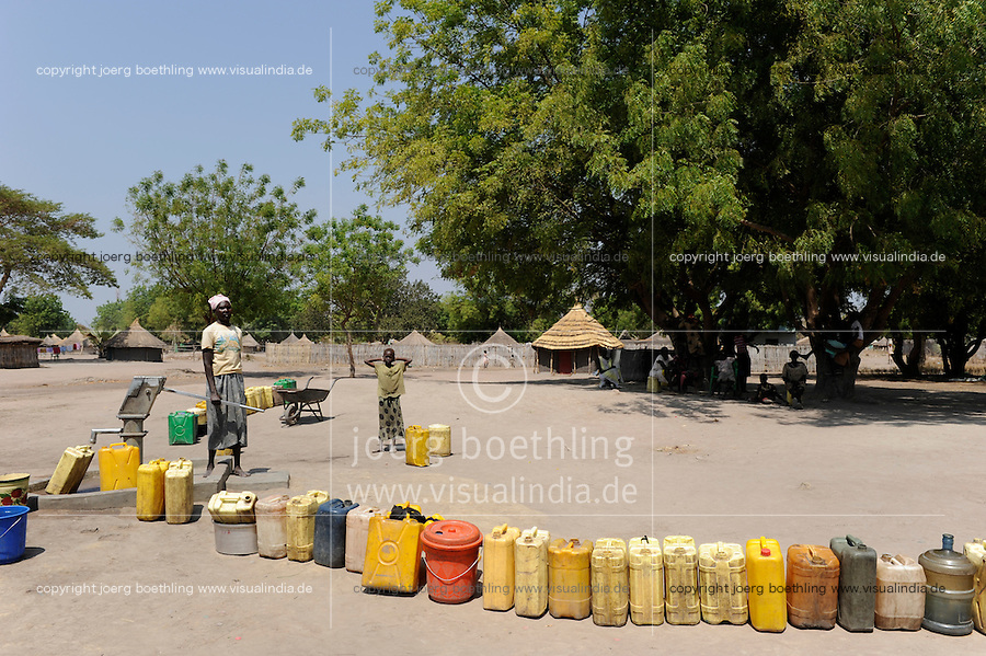 South Sudan Rumbek , waiting queue for drinking water at hand pump set  / Sued Sudan Rumbek , Kanister in Warteschlange an einer Handwasserpumpe