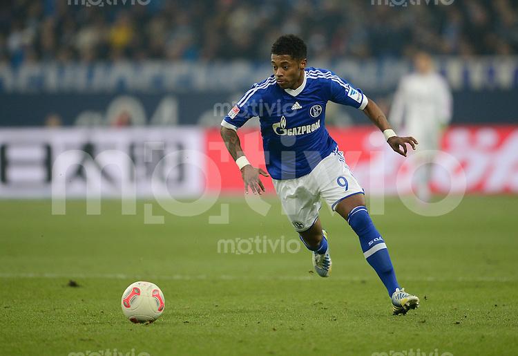 FUSSBALL   1. BUNDESLIGA   SAISON 2012/2013    23. SPIELTAG FC Schalke 04 - Fortuna Duesseldorf                        23.02.2013 Michel Bastos (FC Schalke 04) Einzelaktion am Ball