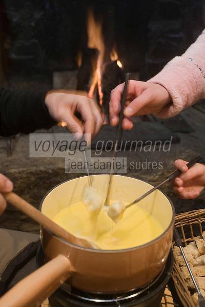 Europe/France/73/Savoie/Val d'Isère: Au restaurant: L 'étable d'Alain  à la  la Ferme de l'Adroit - dégustation de la fondue avaline