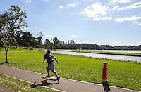 CURITIBA, PR, 04 DE DEZEMBRO 2013 – CLIMA TEMPO - CURITIBA - Curitibanos aproveitam o dia ensolarado, no Parque Barigui, no início da tarde desta quarta feira, (04). Temperatura chegou a ser registrada com máxima de 32°C.  (FOTO: PAULO LISBOA  / BRAZIL PHOTO PRESS)