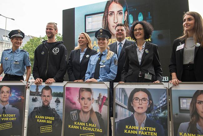 """Vorstellung der Imagekampagne """"Wir koennen Hauptstadt"""" der Berliner Polizei am Montag den 19. August 2019.<br /> Im Bild: Polizeibeamte mit Plakaten, fuer das sie Modellgestanden haben.<br /> Hinter den Beamten die Polizeipraesidentin Dr. Barbara Slowik (3.vl.) und Innensenator Andreas Geisel (SPD) (3.vr.).<br /> 19.8.2019, Berlin<br /> Copyright: Christian-Ditsch.de<br /> [Inhaltsveraendernde Manipulation des Fotos nur nach ausdruecklicher Genehmigung des Fotografen. Vereinbarungen ueber Abtretung von Persoenlichkeitsrechten/Model Release der abgebildeten Person/Personen liegen nicht vor. NO MODEL RELEASE! Nur fuer Redaktionelle Zwecke. Don't publish without copyright Christian-Ditsch.de, Veroeffentlichung nur mit Fotografennennung, sowie gegen Honorar, MwSt. und Beleg. Konto: I N G - D i B a, IBAN DE58500105175400192269, BIC INGDDEFFXXX, Kontakt: post@christian-ditsch.de<br /> Bei der Bearbeitung der Dateiinformationen darf die Urheberkennzeichnung in den EXIF- und  IPTC-Daten nicht entfernt werden, diese sind in digitalen Medien nach §95c UrhG rechtlich geschuetzt. Der Urhebervermerk wird gemaess §13 UrhG verlangt.]"""