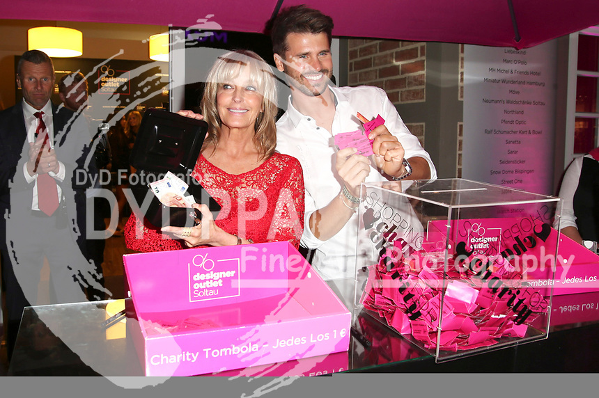 Bo Derek und Thore Schölermann beim Late Night Shopping im Designer Outlet Soltau. Soltau, 04.08.2017