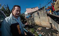 SAO PAULO, SP, 07 AGOSTO 2012 - ELEICOES SP - CELSO RUSSOMANNO - O candidato a prefeitura de Sao Paulo pelo PRB Celso Russomanno observa corrego com muito lixo durante visita ao bairro Limoreiro, em Sao Miguel regiao leste da capital paulista, nesta terca-feira, 07. (FOTO: VANESSA CARVALHO / BRAZIL PHOTO PRESS).