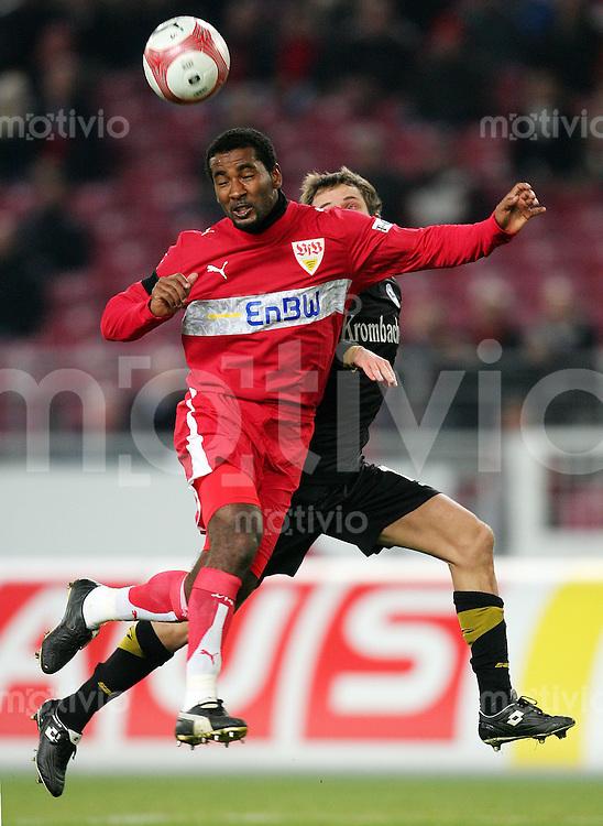 Fussball Bundesliga VFB Stuttgart - Arminia Bielefeld CACAU (VFB, l) liefert die Vorlage zum 1:0 gegen Bernd KORZYNIETZ (BIE).