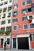 Un ebreo prega nel Campo del Ghetto Nuovo a Venezia.<br /> A Jew prays at the Campo del Ghetto Nuovo, in Venice.<br /> UPDATE IMAGES PRESS/Riccardo De Luca
