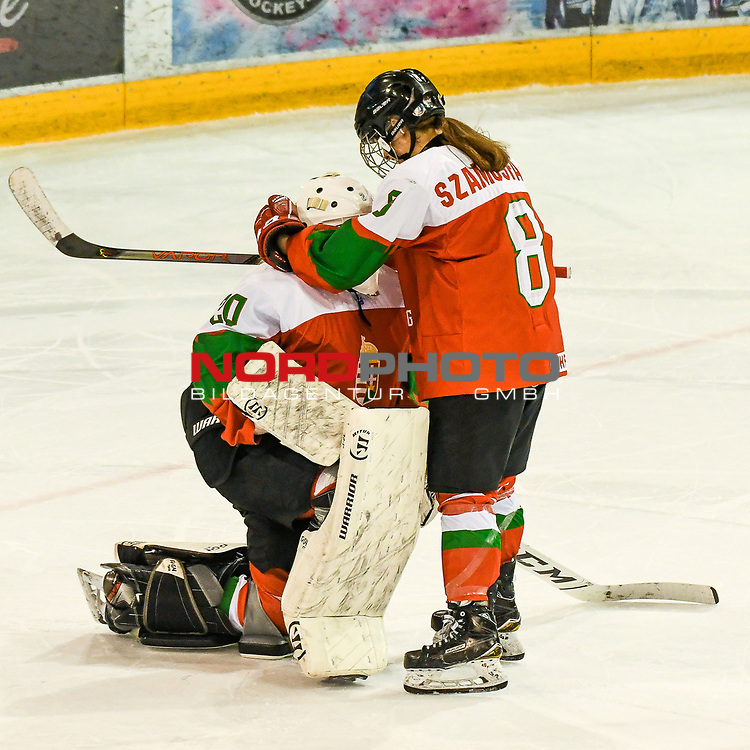 09.01.2020, BLZ Arena, Füssen / Fuessen, GER, IIHF Ice Hockey U18 Women's World Championship DIV I Group A, <br /> Ungarn (HUN) vs Italien (ITA), <br /> im Bild Petra Szamosfalvi (HUN, #8) troestet Zsofia Toth (HUN, #20) nach Spielende<br /> <br /> Foto © nordphoto / Hafner