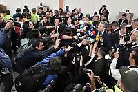 BOGOTA - COLOMBIA, 27-05-2018: Ivan Duque, candidato presidencial por le partido Centro Democrático, se dirige a los asistentes después de ejercer su derecho al voto durante la jornada electoral hoy, 27 de mayo de 2018. Las elecciones presidenciales de Colombia de 2018 se celebrarán el domingo 27 de mayo de 2018. El candidato ganador gobernará por un periodo máximo de 4 años fijado entre el 7 de agosto de 2018 y el 7 de agosto de 2022. / Ivan Duque, presidential candidate for the Centro Democratico party, speaks to the public after voting during election day today, May 27, 2018. Colombia's 2018 presidential election will be held on Sunday, May 27, 2018. The winning candidate will govern for a maximum period of 4 years fixed between August 7, 2018 and August 7, 2022.. Photo: VizzorImage / Gabriel Aponte / Staff