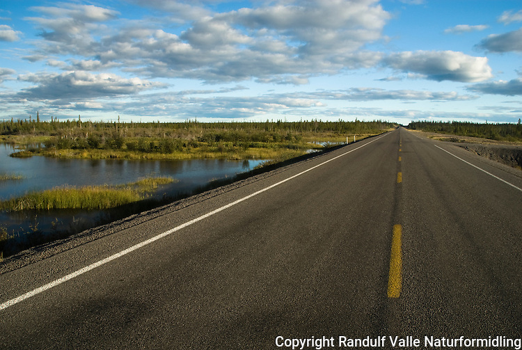 Rett vei mellom Yellowknife og Fort Providence. ---- Road between Yellowknife and Fort Providence.