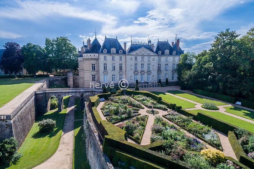 France, Sarthe (72), Le Lude, château et jardins du Lude, la façade Est du château, le jardin de l'Éperon et les douves (vue aérienne)
