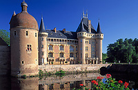 Frankreich, Burgund, La Clayette im Sueden des Burgund: See, Schloss und gleichnamiger Ort im Brionnais | France, Burgundy, Saone & Loire, Brionnais: La Clayette, Lake, Castle and village in South-Burgundy