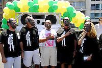 """ATENÇÃO EDITOR  FOTO EMBARGADA PARA VEICULOS INTERNACIONAIS. MANIFESTAÇAO EM HOMENAGEM AO STF NA ORLA DO LEBLON E IPANEMA.  RIO DE JANEIRO, RJ 21 DE OUTUBRO 2012 -VALEU STF -  Moradores do Leblon, zona sul do Rio de Janeiro (RJ) usam máscaras do Ministro Joaquim Barbosa durante manifestação chama de """"Valeu, STF"""", em homenagem ao Supremo Tribunal Federal (STF), na manhã deste domingo (21).<br /> FOTO RONALDO BRANDAO / BRAZIL PHOTO PRESS"""