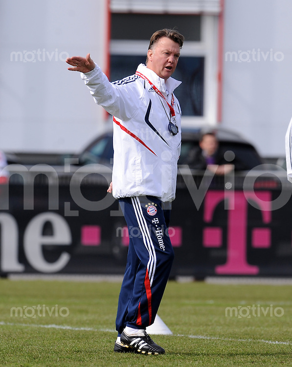 Fussball 1. Bundesliga :  Saison   2009/2010    Training beim FC Bayern Muenchen 17.03.2010 Trainer Louis van Gaal (FCB)