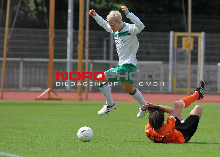 FBL 08/09 - Halbfinale U19 Deutsche Meisterschaft Rueckspiel Bremen Platz 11<br /> Werder Bremen - Mainz 05 0:3 (0:1) - Finaleinzug Mainz 05<br /> <br /> Tim Fliess (Mainz #3)     gegen Thorsten T&ouml;nnies ( Toennis ) (Bremen #18)<br /> <br /> Foto &copy; nph (nordphoto)