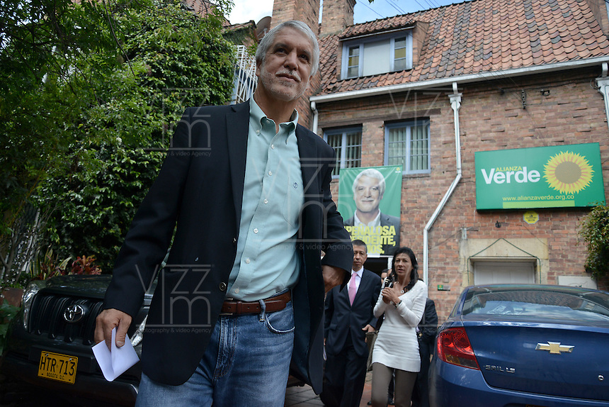BOGOTÁ -COLOMBIA. 23-05-2014. Enrique Peñalosa candidato presidencial en Colombia por el Partido Verde hoy 23 de mayo de 2014 a la salida de su sede. Las elecciones presidenciales en Colombia se realizarán el próximo 25 de mayo de 2014./ Enrique Peñalosa presidential colombian canditate by Green Party today May 23 2014 leaves his campaign headquarters. Presidential elections in Colombia will be held in May 25 2014. Photo: VizzorImage/ Gabriel Aponte / Staff