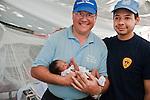 Eric Mellet, chef de mission de l'ONG française FAUSI, et Mauricio Milanes, médecin des pompiers de Bogota, se retrouvent pour la 1ère fois le 21/01/2010 avec la petite Elizabeth Joassaint qu'ils ont sauvé le 19/01/2010. Malgré 7 jours passés sous les décombres du séisme du 12/01/2010, l'enfant se porte bien.