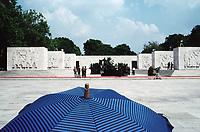 UNGARN, 14.07.1989<br /> Budapest - VIII. Bezirk<br /> Staatsbegraebnis von Janos Kadar (korrekt: János Kádár), Generalsekretaer der Kommunistischen Partei MSZMP auf dem Kerepesi Nationalfriedhof. Vorbereitungen am Kommunistischen Pantheon, trauernde Zuschauer.<br /> State funeral of Communist Party (MSZMP) General Secretary Janos Kadar who died on July 6. Preparations under way at the Kerepesi national cemetery's communist pantheon. Mourning visitors.<br /> © Martin Fejer/EST&OST