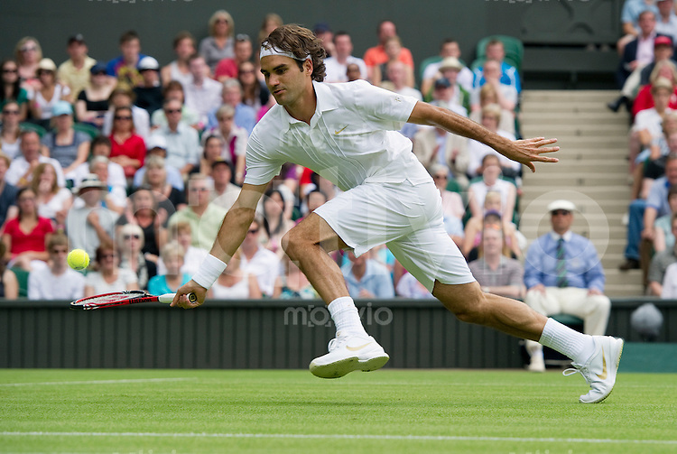 Roger Federer (SUI) plays against Alejandro Falla (COL). The Wimbledon Championships 2010 The All England Lawn Tennis & Croquet Club  Day 1 Monday 21/06/2010