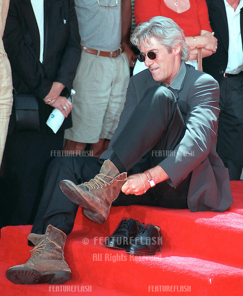 26JUL99: Actor RICHARD GERE at Mann's Chinese Theatre, Hollywood, where he had his hand & footprints set in cement..© Paul Smith / Featureflash