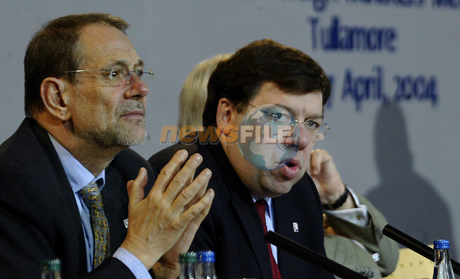 Irish Foreign minister,current chairman of the Council Brian Cowen (C) and EU Foreign Policy Chief ,spanish Javier Solana (L) give a joint press conference at the end of the first working session of the Informal Foreign minister Council in Tullamore (Ireland) 16 april 2004. AFP PHOTO GERARD CERLES