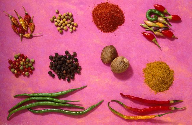 Paprika, curry, poivre rouge, noix de muscade, poivre vert. *** Paprika, curry, red pepper, nutmeg, green pepper.