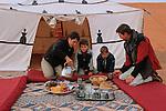 Félix (5ans), Jean Lou (6ans) Raphaele  et Gabriel leurs parent, petit déjeuner dans les dunes de RissaniMaroc. mars 2006.