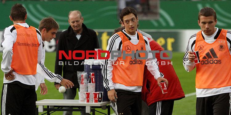 &Ouml;ffentliches Training DFB-Auswahl, 12.10.09 Hamburg<br /> <br /> <br /> Philipp Lahm, Mesut &Ouml;zil und Lukas Podolski geniesen eine Erfrischung.<br /> <br /> <br /> <br /> Foto &copy; nph (nordphoto)<br /> <br /> *** Local Caption ***