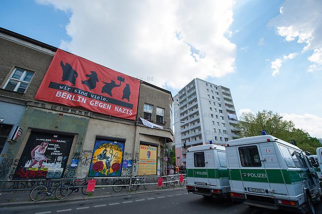 Etwa 6.000 Menschen protestierten am Samstag den 26. April 2014 gegen einen von der Neonazipartei NPD geplanten Aufmarsch durch Kreuzberg. Sie verhinderten mit verschiedenen Blockaden rund um den Auftaktort des NPD-Aufmarsches, dass die ca 70 Neonazis weiter als 150m laufen konnten.<br /> So war nach 3 Minuten Marsch f&uuml;r die NPD Schluss und die Neonazis mussten zum Startpunkt am S-Bahnhof Jannowitzbruecke umdrehen. Auch wenn ueber den NPD-Lautsprecherwagen mehrfach behauptet wurde, die Demonstration sei in Kreuzberg, ist doch richtig, dass die Neonazis sich nur in Berlin-Mitte befanden.<br /> Im Bild: Anwohner haben Transparente gegen den NPD-Aufmarsch aufgehaengt.<br /> 26.4.2014, Berlin<br /> Copyright: Christian-Ditsch.de<br /> [Inhaltsveraendernde Manipulation des Fotos nur nach ausdruecklicher Genehmigung des Fotografen. Vereinbarungen ueber Abtretung von Persoenlichkeitsrechten/Model Release der abgebildeten Person/Personen liegen nicht vor. NO MODEL RELEASE! Don't publish without copyright Christian-Ditsch.de, Veroeffentlichung nur mit Fotografennennung, sowie gegen Honorar, MwSt. und Beleg. Konto:, I N G - D i B a, IBAN DE58500105175400192269, BIC INGDDEFFXXX, Kontakt: post@christian-ditsch.de<br /> Urhebervermerk wird gemaess Paragraph 13 UHG verlangt.]