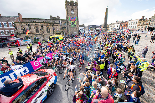 The peloton roll out of the start in Richmond during the Men's Junior Road Race of the UCI World Championships 2019 running 148km from Richmond to Harrogate, England. 26th September 2019.<br /> Picture: Allan McKenzie/SWpix.com | Cyclefile<br /> <br /> All photos usage must carry mandatory copyright credit (© Cyclefile | Allan McKenzie/SWpix.com)