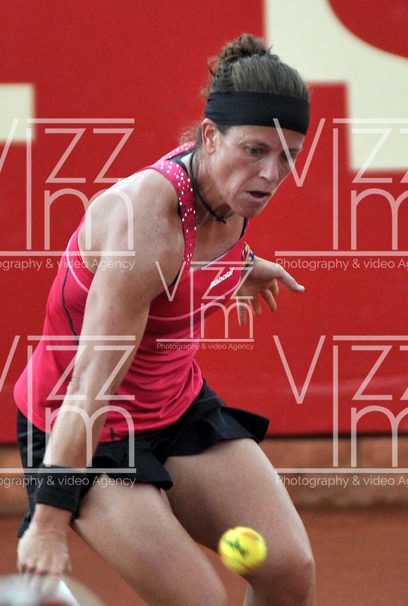 BOGOTA - COLOMBIA - 14-04-2016: Lourdes Dominguez de España, devuelve la bola a Sachi Vickery de Estados Unidos, durante partido por el Claro Colsanitas WTA, que se realiza en el Club El Rancho de Bogota. / Lourdes Dominguez from Spain, returns the ball to Sachi Vickery from United States, during a match for the WTA Claro Colsanitas, which takes place at Club El Rancho de Bogota. Photo: VizzorImage / Luis Ramirez / Staff.