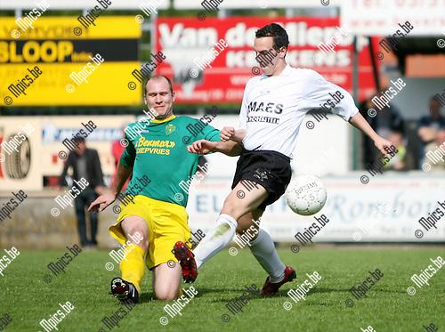 2009-04-26 / Voetbal / KFC Sint Lenaarts - K. Witgoor Sport Dessel / Duel tussen Kevin Dijck van Sint Lenaarts en Kenn Van Loo van Witgoor..Foto: Maarten Straetemans (SMB)