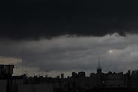 FOTO EMBARGADA PARA VEICULOS INTERNACIONAIS. SÃO PAULO, SP, 02/02/2013, NUVENS CARREGADAS. Na tarde desse Sabado (2) nuvens carregadas sobre a capital paulista. Luiz Guarnieri/ Brazil Photo Press