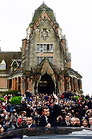 Emmanuel Macron saluta la folla<br /> Parigi 7/5/2017 Il candidato alle presidenziali francesi con il suo partito di centro, En Marche, al voto, dove lo aspetta una folla di sostenitori. Il candidato e' andato a votare con la moglie.<br /> Emmanuel Macron - candidat En Marche aux elections presidentielles de 2017<br /> et sa femme Brigitte Trogneux sortent du bureau de vote <br /> ambiance devant l hotel de Ville du Touquet<br /> Foto JB Autissier / Panoramic / Insidefoto