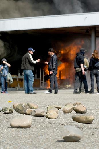 Proteste anlaesslich des 60. Geburtstag der NATO<br />Ca. 30.000 Menschen aus Deutschland und Frankreich versammelten sich am Samstag den 4. April 2009 im baden-wuertimbergischen Kehl und franzoesischen Strassbourg um dort gegen den 60. Geburtstag der NATO zu protestieren. Die Proteste wurden ueberschattet von massiven Auseinandersetzungen mit der franzoesischen Polizei.<br />Im Bild: Im Zuge der franzoesischen Demonstration kam es zu massiven Ausschreitungen. So wurde unter anderem das ehemalige Grenzgebaeude auf franzoesischer Seite in Brand gesteckt.<br />4.4.2009, Strassbourg<br />Copyright: Christian-Ditsch.de<br />[Inhaltsveraendernde Manipulation des Fotos nur nach ausdruecklicher Genehmigung des Fotografen. Vereinbarungen ueber Abtretung von Persoenlichkeitsrechten/Model Release der abgebildeten Person/Personen liegen nicht vor. NO MODEL RELEASE! Don't publish without copyright Christian Ditsch/version-foto.de, Veroeffentlichung nur mit Fotografennennung, sowie gegen Honorar, MwSt. und Beleg. Konto: Konto: I N G - D i B a, IBAN DE58500105175400192269, BIC INGDDEFFXXX, Kontakt: post@christian-ditsch.de Urhebervermerk wird gemaess Paragraph 13 UHG verlangt.]