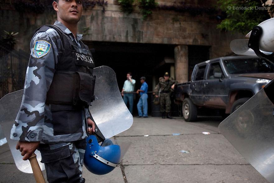7 July 2009 - Tegucigalpa, Honduras  Honduran police patrol outside Tegucigalpa, capital of Honduras. Photo credit: Benedicte Desrus