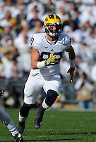 21 November 2015:  Michigan TE Jake Butt (88) runs a route. The Michigan Wolverines defeated the Penn State Nittany Lions 28-16 at Beaver Stadium in State College, PA. (Photo by Randy Litzinger/Icon Sportswire)