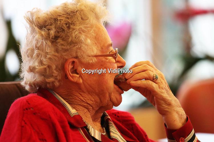 Foto: VidiPhoto..HERVELD - Ouwe taaie en toch vers en sappig. Het oliebollen bakken -en natuurlijk eten- ging de bejaarde bewoners van verzorgingshuis De Hoge Hof in Herveld prima af maandag op Oudjaarsdag. Traditiegetrouw werd in vroeger jaren altijd op de laatste dag van het jaar oliebollen gebakken. De Hoge Hof heeft die traditie voor de bewoners weer nieuw leven ingeblazen. Ze mogen bakken of toekijken..