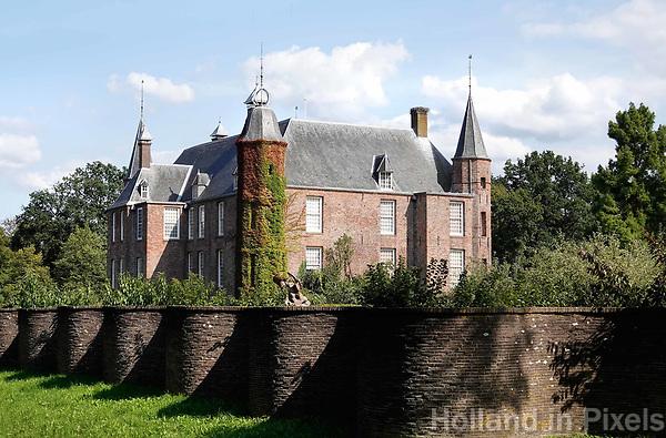 Nederland Oud-Zuilen - Augustus 2018. Slot Zuylen is een van de oudste kastelen aan de Vecht. Het Slot heeft een rijke familiegeschiedenis met invloedrijke bewoners, waarin vrouwen, zoals schrijfster Belle van Zuylen, een prominente rol spelen.   Foto Berlinda van Dam / Hollandse Hoogte
