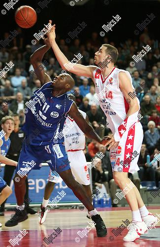 2009-03-14 / Basketbal / Antwerp Diamond Giants - Generali Okapi Aalstar / Nick Oudendag van Antwerp Giants laat zich niet stoppen door Stephane Pelle van Okapi Aalstar..Foto: Maarten Straetemans (SMB)