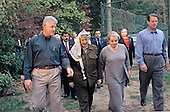 United States President Bill Clinton walks with Palestinian leader Yasser Arafat, United States Secretary of State Madeleine Albright and United States Vice President Al Gore at the Wye River Plantation where peace talks continue between Israeli Prime Minister Benjamin Netanyahu and Arafat for the third straight day at the secluded Maryland site, Sunday, October 18, 1998.<br /> Mandatory Credit: White House via CNP