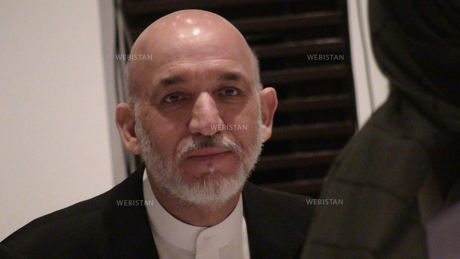 AFGHANISTAN - KABOUL - 22 aout 2009 : Hotel Serena. Hamid Karzai, president afghan, lors d'un diner organise par Farhad Darya, celebre chanteur americano-afghan, en vue de rassembler tous les candidats aux elections presidentielles afghanes de 2009 a l'occasion de la rupture du jeune du Ramadan. ..AFGHANISTAN - KABUL - August 22nd, 2009 : Afghan President Hamid Karzai at a dinner organized by the Afghan-American pop singer Farhad Darya. The event aimed to reunite all the candidates in the 2009 Afghan presidential elections for the breaking of the fast observed througout the month of Ramadan.