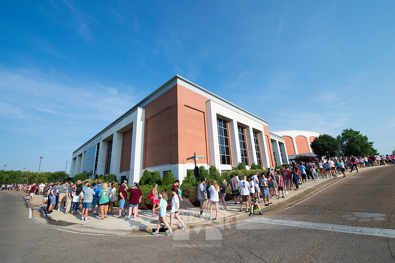 MVNU2MSU 2016 line to pick up residence hall keys.<br />