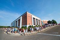 MVNU2MSU 2016 line to pick up residence hall keys.<br /> (photo by Russ Houston / &copy; Mississippi State University)