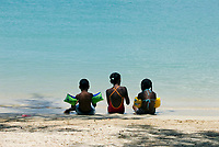 MUS, Mauritius, Grand Baie: 3 einheimische Kinder in Badekleidung sitzen am Strand | MUS, Mauritius, Grand Baie: three creole kids sitting at the beach