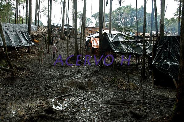Currutela, acampamento dos garimpeiras, vista geral. No meio da mata garimpeiros continuam a cavar em busca de ouro na grota Rica. Milhares de garimpeiros se encontram espalhados pela regi&atilde;o do Garimpo em busca de novas jazidas. O  garimpo descoberto em Novo Aripuan&atilde;, no sul do Amazonas no igarap&eacute; da Preciosa, um afluente do rio Juma (a 70 km da cidade de Apu&iacute;) vai crescendo com dezenas de buracos abertos sob a selva.<br />Novo Aripuan&atilde;, Amazonas, Brasil<br />01/02/2007<br />Foto Paulo Santos/Interfoto