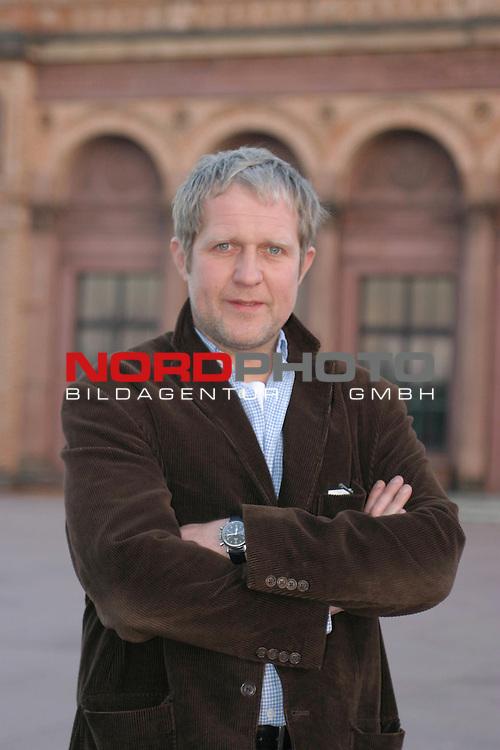 Fotocall DAS BLUT DER TEMPLER, zweiteiliges Action-Abenteuer von Oscar Preistraeger Florian Baxmeyer, Ausstrahlung 9. + 10.12.2004 auf Pro 7.<br /> Harald Krassnitzer -  spielt den GroŖmeister Robert von Metz  - vor der Hamburger Kunsthalle.<br /> Foto &copy; nordphoto / Volker Sarbach<br />  *** Local Caption *** Foto ist honorarpflichtig! zzgl. gesetzl. MwSt.<br />  Belegexemplar erforderlich<br /> Adresse: nordphoto<br /> Georg-Reinke-Strasse 1<br /> 49377 Vechta
